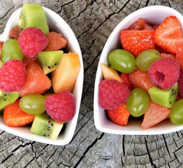 Bol en forme de cœur remplit de petits fruits